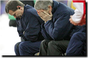 Wenger head in hands after Bayern Munich game...